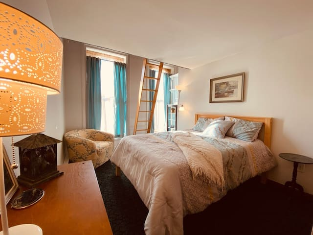 Double bed ladder to loft with 2 twin beds