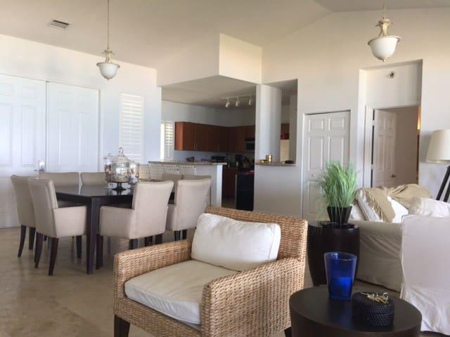 Resort World Bimini Bay/ Dock Available with 60FT - Bimini - Dom