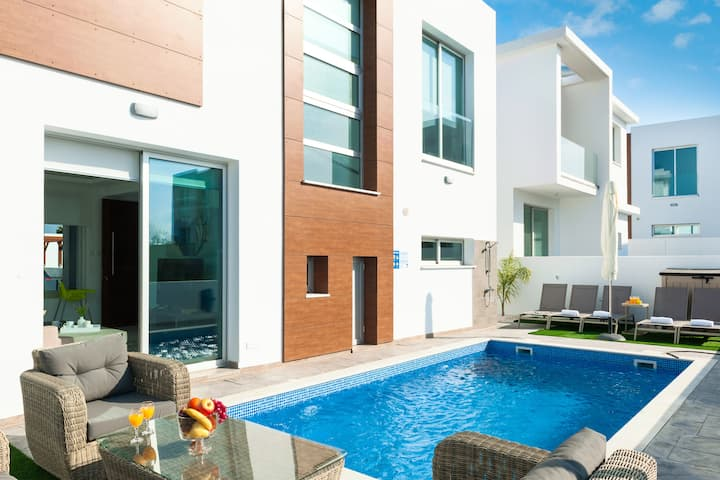 Carmen-3 bedroom villa with  pool by the sea