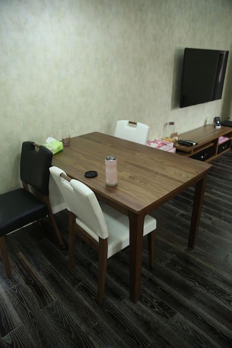 桃木的餐桌配上四把小椅子,吃饭啥的轻松搞定!