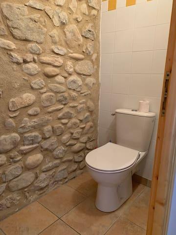 Domaine la Pique, Tournesol, separate toilet