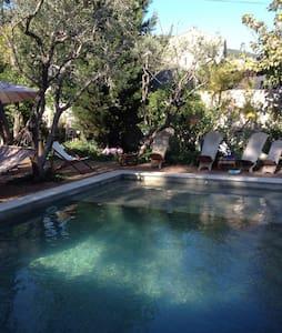 T1 avec piscine jardin et parking