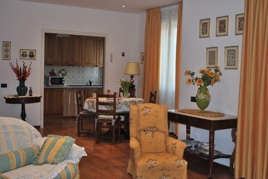 soggiorno e vista cucina