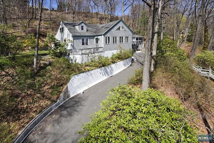 Mtn ridge home w/ views of NYC - Montclair - Talo