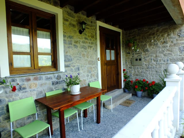 Casa típica de pueblo asturiano - Samalea, Piloña
