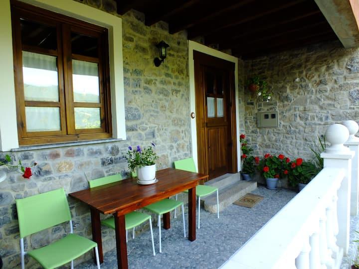 Casa típica de pueblo asturiano