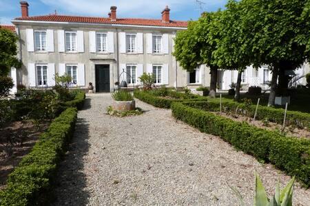Magnifique demeure charentaise 1830 - Loulay - Ev
