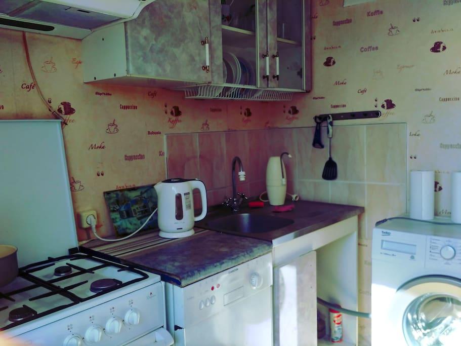Кухня оборудована плитой, посудомоечной и стиральной машиной.