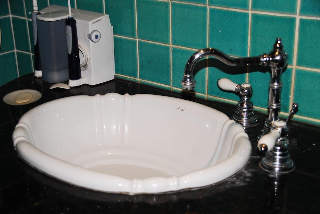 Shell handbasin