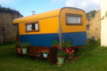 Charming gypsycaravan in medieval walled garden - Saint-Maden