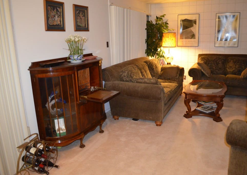 Living room - with lots of light and nice furnishings