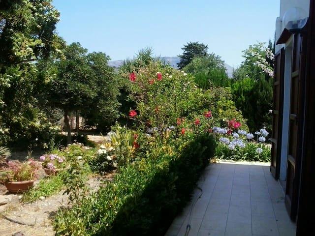 Camera in villa con giardino a pochi km dal centro