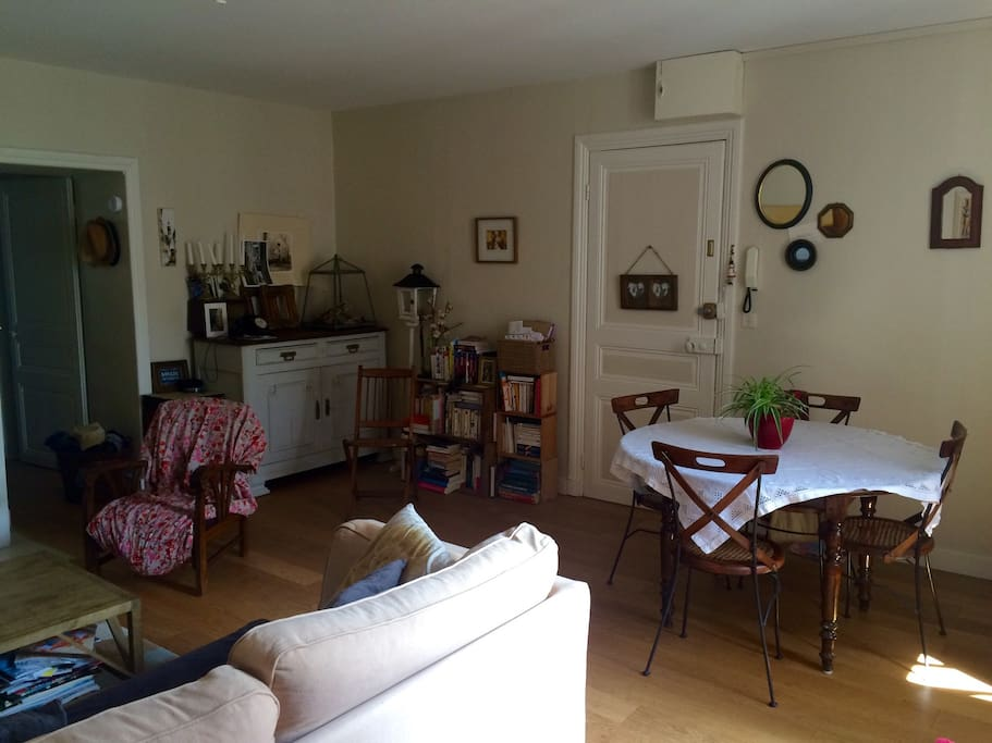 T3 avec terrasse auray centre apartments for rent in for Salle a manger translation