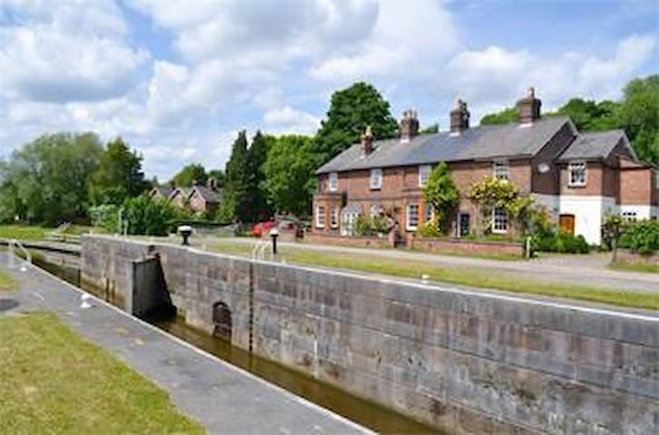 Lock Keepers Cottage on the River Weaver, Cheshire - Northwich - House