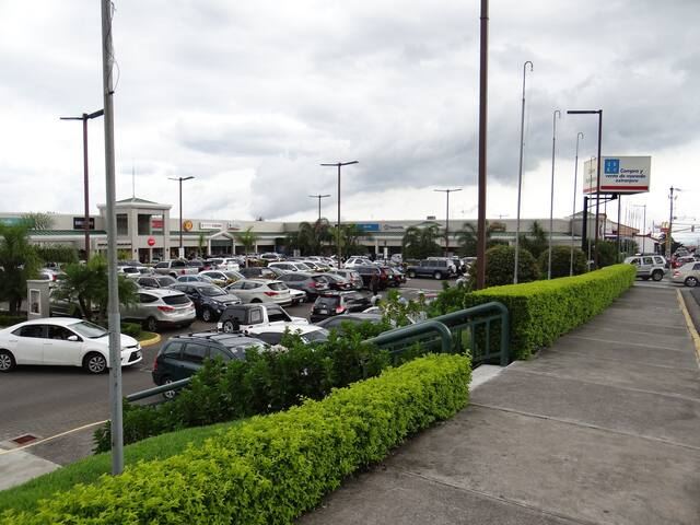 Plaza Real Alajuela, small plaza with movie theater and several restaurants