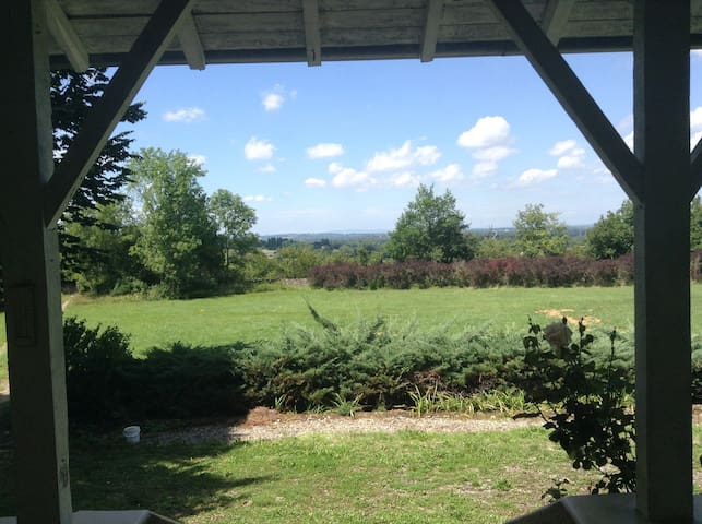 Maison au vert avec vue et piscine - Villemoirieu