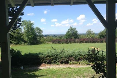 Maison au vert avec vue et piscine - Villemoirieu - Rumah