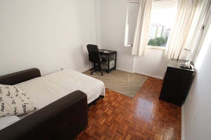 Room&breakfast 10min to Lisbon center! - Linda-a-Velha - Wohnung