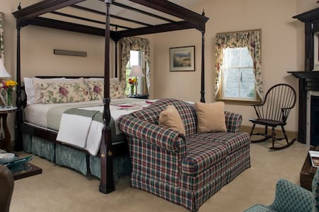 Picture of the four post king size bed in the guest room