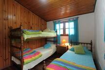 Dormitorio ubicado en planta alta con ventanas amplias que facilitan la iluminación y ventilación natural. Consta de armario  y para el caso de ser necesario, abrigo suficiente.