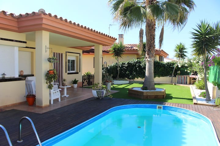 Nice house with pool, bbq and close to the beach