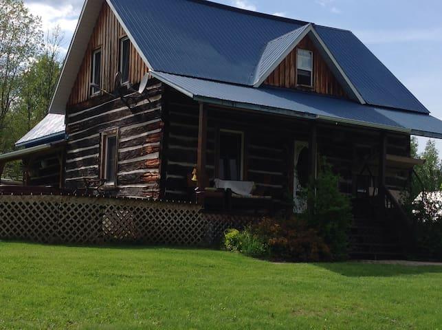 Lovingly Restored Log Home - Wilno - House
