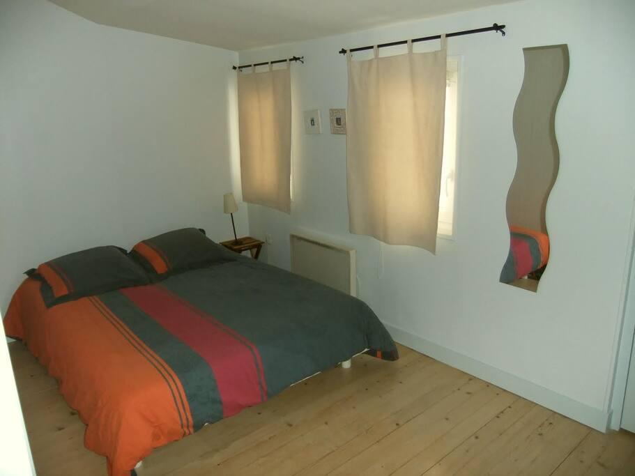 Chambre avec grand placard et téléviseur