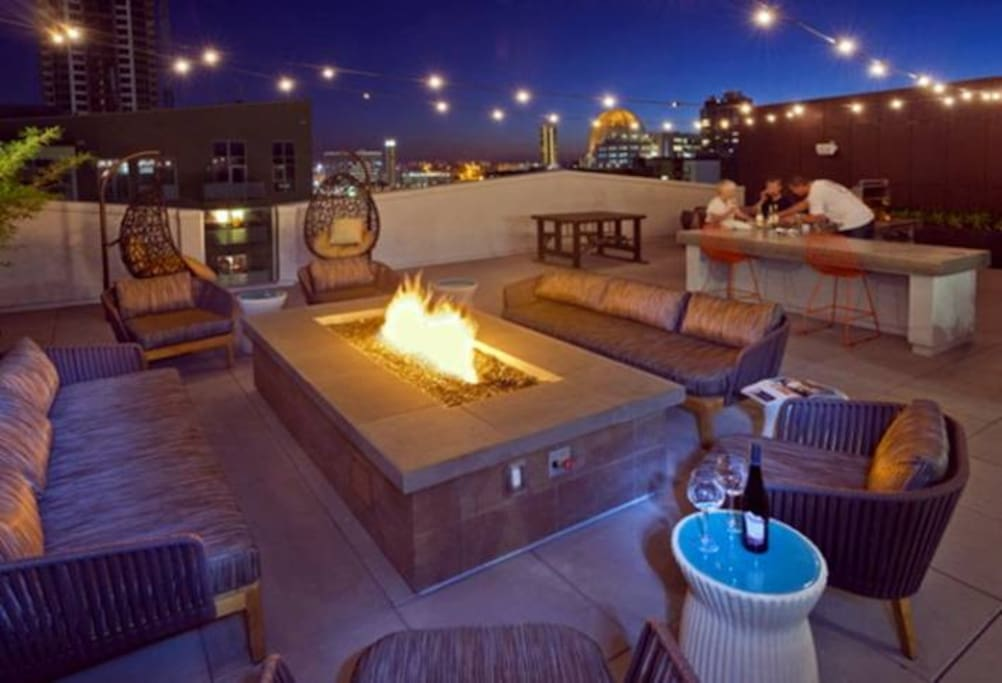 Rooftop firetable, bar and bbq w views of DT and Coronado.