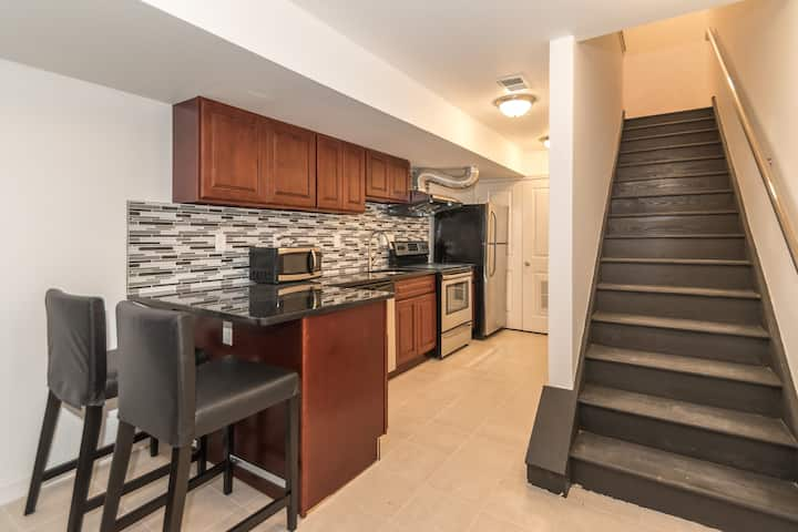 Downtown One Bedroom Apt by Convention Center -1C