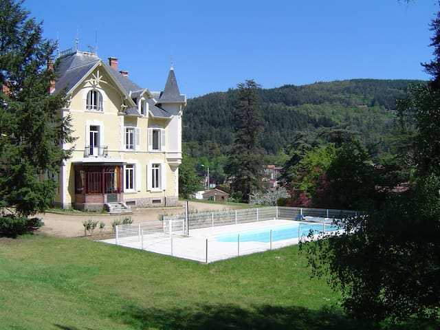 Chambres d'hôtes au Domaine des Soyeux - Saint-Julien-Molin-Molette - Şato