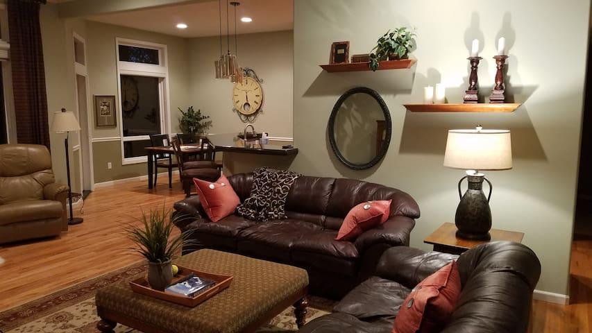 Quiet, spacious house in  upscale neighborhood