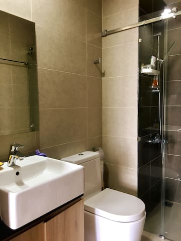Cute&comfy room| City center access| Free pool&gym