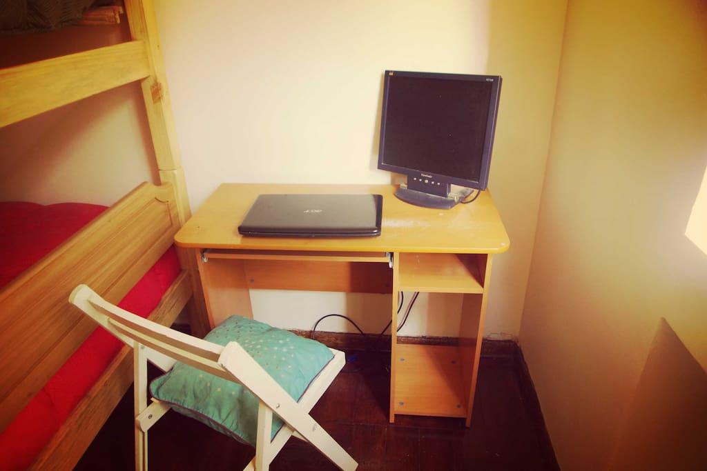 Este escritorio esta en la habitación que se alquila, ese computador esta ahí porque se puede usar para ver netflix desde la cama de abajo, o bueno para lo que se requiera si traes tu computador ...