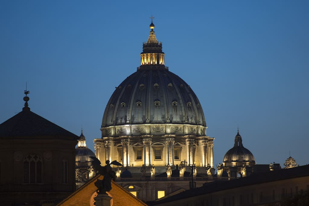 Cupola di San Pietro di notte. St. Peter's Dome by night.