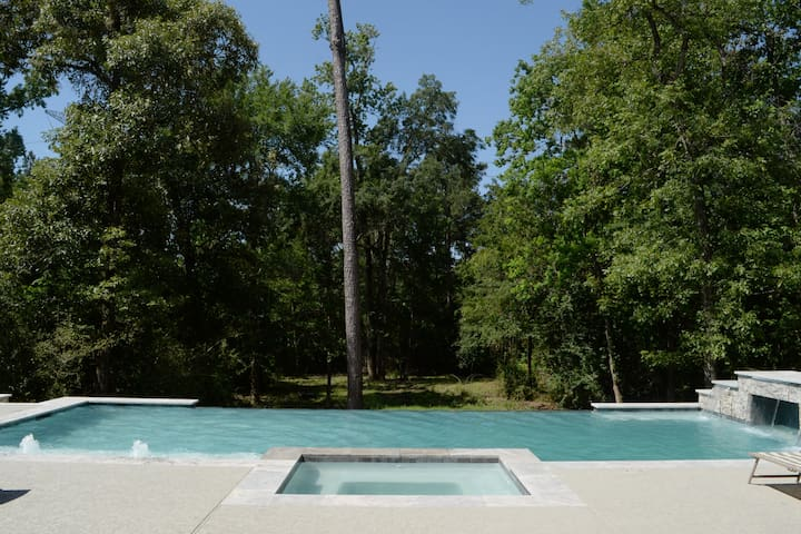 Luxurious Large Home w/ Modern Infinity Pool & Spa
