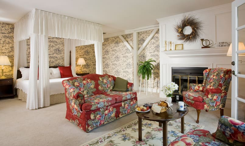 Quiet Getaway in Carriage House Suite 2 - Fairville Inn