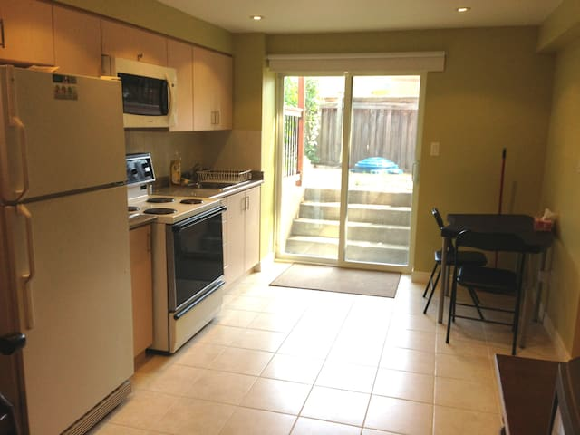 Private Walk-out Basement Apartment with parking - Vaughan - Apartmen
