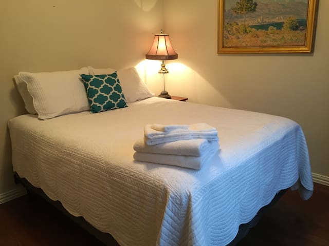 Lovely queen size room accessible to 35E