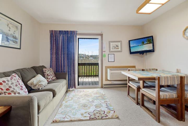 Assateague Inn 105 is an adorable Studio that sleeps 4 with lovely water views and an Outdoor Pool.