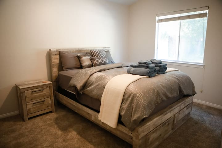 HV.4Q Large Room / Brand New Bed & Furnishings / Clean Comfortable Home