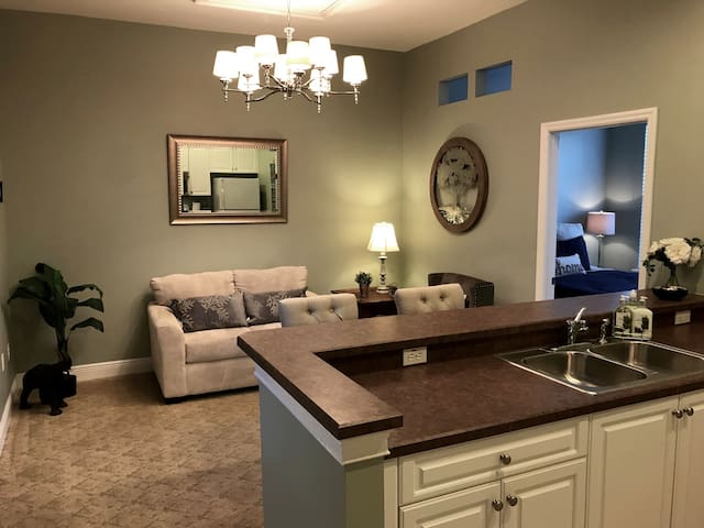 Adorable Apt in perfect location downtown Baldwin