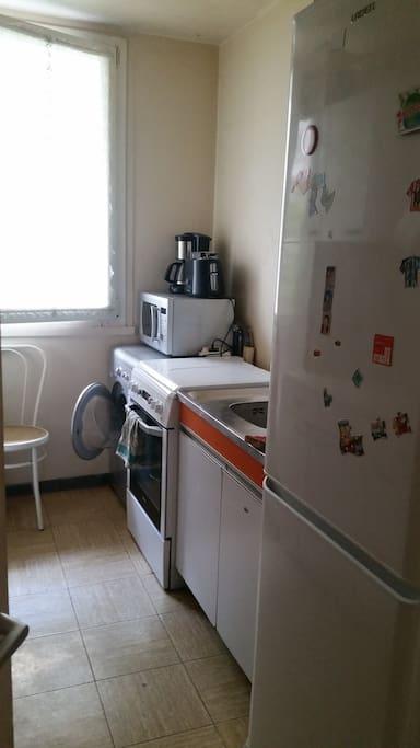 Lave linge séchant, gazinière, micro onde, cafetière, grille pain, frigo congélateur