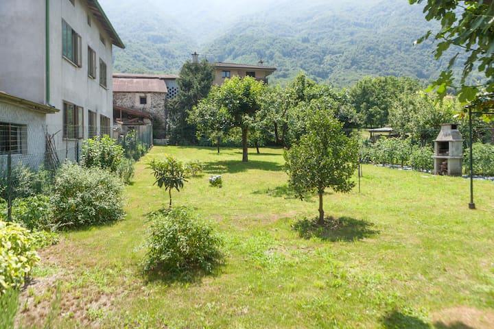 Villa con giardino vista Legnone