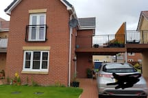 Great wee house with a balcony for when it eventually gets warmer.  Im a chef so if you are here when i am off there might be something nice to eat.  There is one bedroom with chest of drawers, wardrobe, bedside table and a double bed.  It takes just under an hour into Glasgow on the bus, the bus stop is less than 5 mins walk away.  I am 10mins walk away from a supermarket.  East Kilbride town center is 15mins away, it has all the usual shops, a cinema and an ice rink.