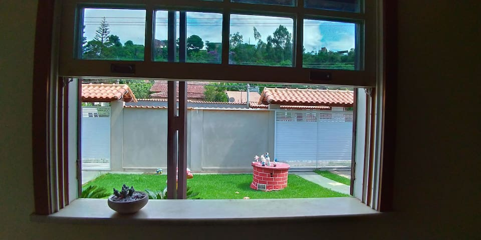 Varanda da entrada vista pela janela da sala de baixo