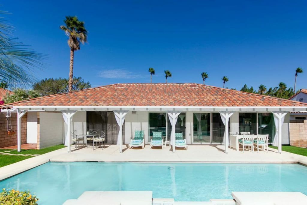 Backyard offers fireplace, BBQ , salt water jacuzzi... and other relaxing amenities