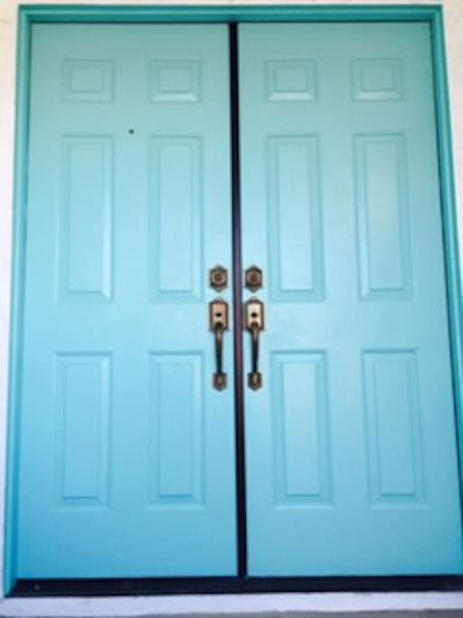 Enter the turquoise entry door and leave the world behind you....