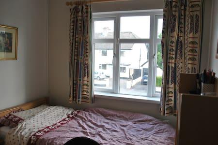 **Compact timber room beside ucd**! - Goatstown