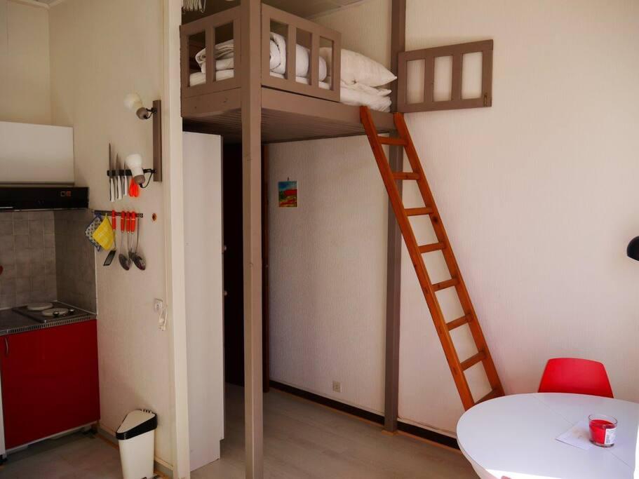 mezzanine avec matelas 140x190parfait pour un adulte seul ou pour 2 enfants ou adolescents