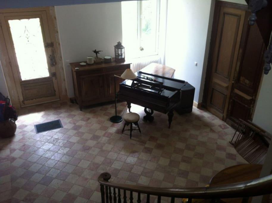 L'entrée de la maison avec son piano pour les mélomanes